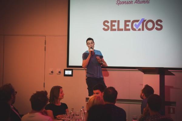 Robin Lespagnard, CEO de Whale Media, présentant Selectos à une conférence